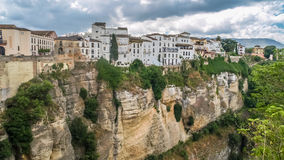 Ansicht von Gebäuden über Klippe in Ronda, Spanien Lizenzfreie Stockfotos