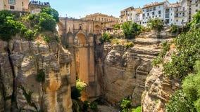 Ansicht von Gebäuden über Klippe in Ronda, Spanien Lizenzfreies Stockbild