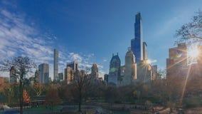 Ansicht von Gebäuden von Manhattan vom Central Park bei Sonnenuntergang lizenzfreie stockfotografie