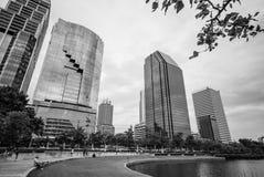 Ansicht von Gebäuden und von Ufer, Benjakiti-Park Stockfotos