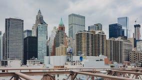 Ansicht von Gebäuden von unterem Manhattan von der Brooklyn-Brücke stockbilder