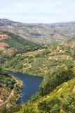 Ansicht von Gebirgs-Duero-Fluss Rio Douro, Portugal stockfotografie