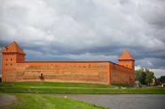 Ansicht von Gedimina-Schloss vom See lida belarus Gedimin Lizenzfreie Stockbilder