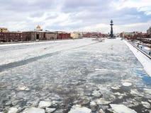 Ansicht von gefrorenem Moskva-Fluss zwischen Dämmen stockfoto
