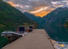 Ansicht von Geiranger-Fjord bei Sonnenuntergang norwegen lizenzfreie stockfotos