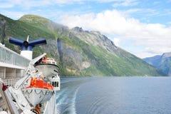 Ansicht von Geirangerfjord Norwegen von der Rückseite des Kreuzschiffs drehend mit Fjord im Hintergrund Lizenzfreie Stockfotos
