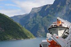 Ansicht von Geirangerfjord Norwegen von der Rückseite des Kreuzschiffs Magellan mit den Bergen zum aufzurichten Lizenzfreie Stockfotografie