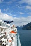 Ansicht von Geirangerfjord Norwegen von der Rückseite des Kreuzschiffs Magellan mit Rettungsbooten und Trichter Lizenzfreie Stockfotografie