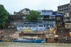 Ansicht von Ghats auf der Ganges-Riverbank in Varanasi, Indien Lizenzfreies Stockfoto