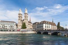 Ansicht von Grossmunster-Kirche in alter Stadt Zürichs Lizenzfreies Stockbild