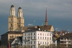Ansicht von Grossmunster-Kirche in alter Stadt Zürichs Lizenzfreies Stockfoto