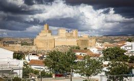 Ansicht von Guadix und von La Alcazaba an einem bewölkten Tag, Granada, Spanien Lizenzfreie Stockfotos