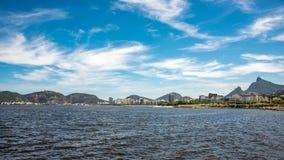 Ansicht von Guanabara-Bucht am sonnigen Tag mit Christus der Erlöser auf dem Hintergrund, Rio De Janeiro Lizenzfreie Stockfotos