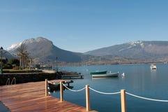 Ansicht von Gummilack d 'Annecy und von Bergen von Talloires in Frankreich lizenzfreie stockfotografie