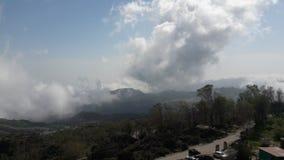 Ansicht von Guru Shikhar-Wolken und -nebel Stockfotografie