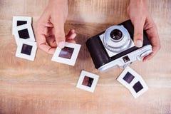 Ansicht von Händen unter Verwendung der Retro- Kamera Lizenzfreies Stockfoto