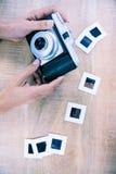 Ansicht von Händen unter Verwendung der Retro- Kamera Lizenzfreies Stockbild