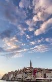 Ansicht von Häusern und von Glockenturm oben Stockfoto