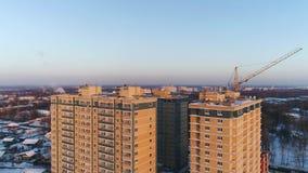 Ansicht von Höhe zu Neubauten und Gebäude im Bau in Yaroslavl im Winter Russland stock footage