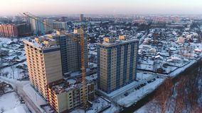 Ansicht von Höhe zu Neubauten und Gebäude im Bau in Yaroslavl im Winter Russland stock video