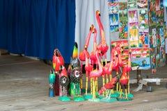 Ansicht von hölzernen Figürchen in einem Souvenirladen in Punta Cana, La Altagracia, Dominikanische Republik Nahaufnahme Lizenzfreie Stockfotos