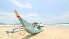 Ansicht von hölzernen Fischerbooten auf Strand in Weligama, Sri Lanka stock video