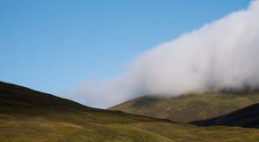 Ansicht von Hügeln in den schottischen Hochländern an einem klaren Sommer ` s Tag, mit tief liegend Wolke Fotografierter früher M lizenzfreie stockfotos