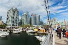 Ansicht von habourfront Bereich mit den Leuten, die auf die Brücke gehen, Yachten parkte auf Wasser, verschiedene Eigentumswohnun Stockfotos