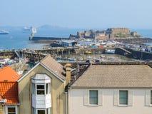 Ansicht von Hafen Heiligem Peter Port Machtbereich von Guernsey, Kanal-Inseln Stockbilder