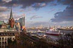 Ansicht von Hamburg-Hafen mit Elbe Philamonic Hall stockbild