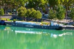 Ansicht von Hausbooten auf dem Fluss in Lyon, Frankreich Lizenzfreie Stockbilder