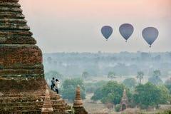 Ansicht von Heißluft steigt über Ebenen auf Myanmar im Ballon auf Stockbilder