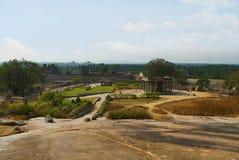 Ansicht von Hemkuta-Hügel, Hampi, Karnataka Heilige Mitte Krishna-Tempel im Abstand auf dem links und dem Tempel Sasivekalu Ganes lizenzfreie stockfotografie
