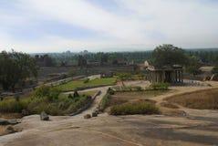 Ansicht von Hemkuta-Hügel, Hampi, Karnataka Heilige Mitte Krishna-Tempel im Abstand auf dem links und dem Tempel Sasivekalu Ganes stockbilder