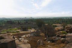 Ansicht von Hemkuta-Hügel, Hampi, Karnataka Heilige Mitte Krishna-Tempel im Abstand auf dem links und dem Tempel Sasivekalu Ganes stockfotos