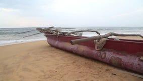 Ansicht von Hikkaduwa-Strand in Sri Lanka, während Wellen den Strand spritzen stock video