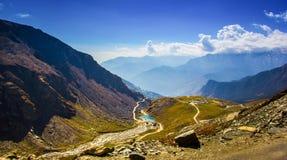 Ansicht von Himalaja am manali, himachal, Indien Ströme der blauen Himmel, blühende Landschaften Lizenzfreies Stockbild
