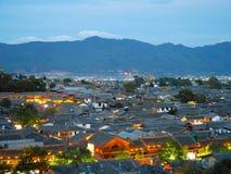 Ansicht von historischen Dachspitzen in der alten Stadt von Lijiang lizenzfreies stockfoto