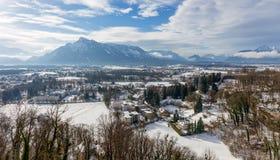 Ansicht von Hohensalzburg-Schloss zur österreichischen Seite des Untersberg im Winter, Salzburg, Österreich Stockfotografie