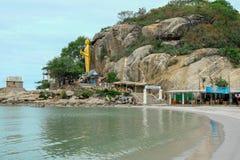 Ansicht von Hua Hin-Bucht zu stehendem Gold Buddha auf Takiab-H?gel-Affeberg nahe buddhistischem Tempel Wat Khao Takiap mit lizenzfreie stockbilder