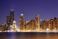Ansicht von im Stadtzentrum gelegenem Chicago an der Dämmerung lizenzfreie stockfotos