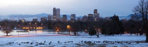 Ansicht von im Stadtzentrum gelegenem Denver nachts der See und die Gänse im foreg Lizenzfreie Stockbilder