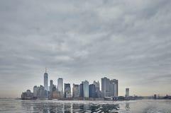 Ansicht von im Stadtzentrum gelegenem New York im Winter vom Meer stockfotografie