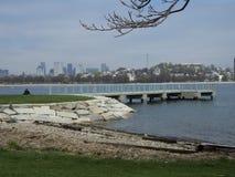 Ansicht von im Stadtzentrum gelegenen Boston-Skylinen an Boston-Hafen Lizenzfreies Stockfoto