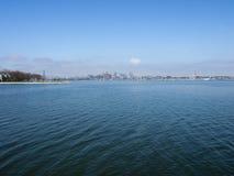 Ansicht von im Stadtzentrum gelegenen Boston-Skylinen an Boston-Hafen Stockbild