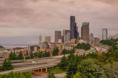 Ansicht von im Stadtzentrum gelegenen Seattle-Skylinen Lizenzfreies Stockfoto