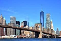 Ansicht von im Stadtzentrum gelegenen Skylinen New York City mit Brooklyn-Brücke lizenzfreie stockfotos