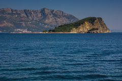 Ansicht von Insel Sveti Nikola bei Sonnenaufgang Budva montenegro Lizenzfreie Stockfotografie