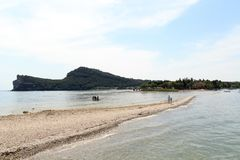 Ansicht von Island Isola di San Biagio am See Garda, Italien stockfotografie