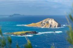 Ansicht von Kaninchen-Insel MÄ  Nana-Insel, eine unbewohnte kleine Insel lokalisierte 1 2 Kilometer weg von KaupÅ- Strand u. Wa stockbild